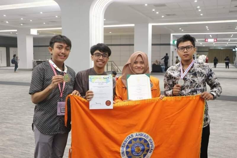 Tim Tunavoice mahasiswa UAD meraih medali emas dan perak di ajang inovasi teknologi di Bangkok. (Humas)