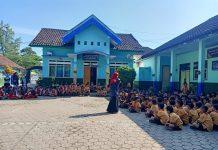 Pendidikan seks sejak dini untuk hindari pelecehan. Inilah yang dilakukan KKN UM Jember ke siswa di enam SD di Desa Ajung Kecamatan Kalisat Jember. Kegiatan dibagi menjadi dua gelombang.