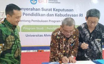 Rektor Universitas Ahmad Dahlan Dr Muchlas, tengah dan Sekretaris BPH UAD Dr Untung Cahyono menandatangani surat melaksanakan kewajiban prodi baru. DisaksikanKepala LLPT Wilayah V Didi Achjari (Affan/PWMU.CO)