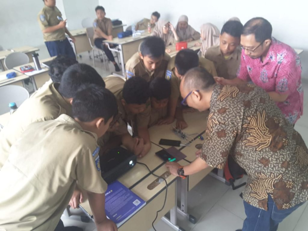 Siswa Spemma Surabaya belajar teknologi Internet of Things (IoT) bersama tim Pengabdian Masyarakat dari Universitas 17 Agustus Surabaya (Alimmatus Firmansyah/PWMU.CO)