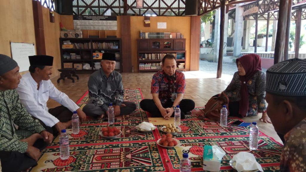 Kepala Dinas Perindustrian dan Tenaga Kerja (Dispenaker) Kabupaten Bangkalan Dr Ir Tamar Djaja MM (tiga dari kanan) berkunjung ke Pondok Babussalam Socah - Bangkalan (Hosiana Alda Rizky/PWMU.CO)