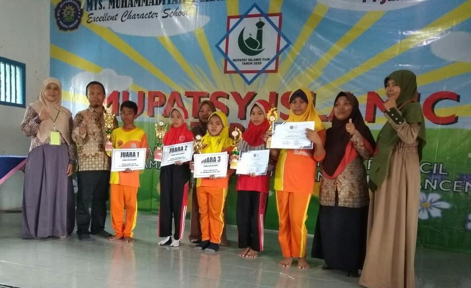 Siswa-siswi SD/MI yang meraih juara pada acara Mupatsy Islamic Fair 2020 yang diselenggarakan MTsM 4 Sidayu, Gresik (Eka Nur Lailiyah/PWMU.CO)