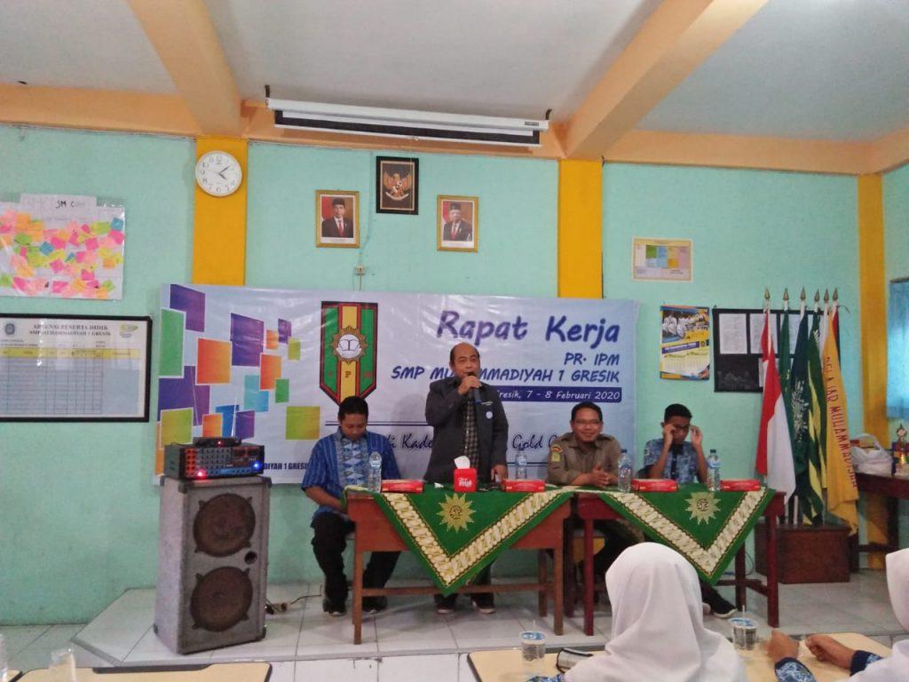 Ketua Majelis Dikdasmen PDM Gresik Ir Ahmad Subagiono menyampaikan materi pada Rapat Kerja IPM Spemutu Gresik (Awiyan/PWMU.CO)