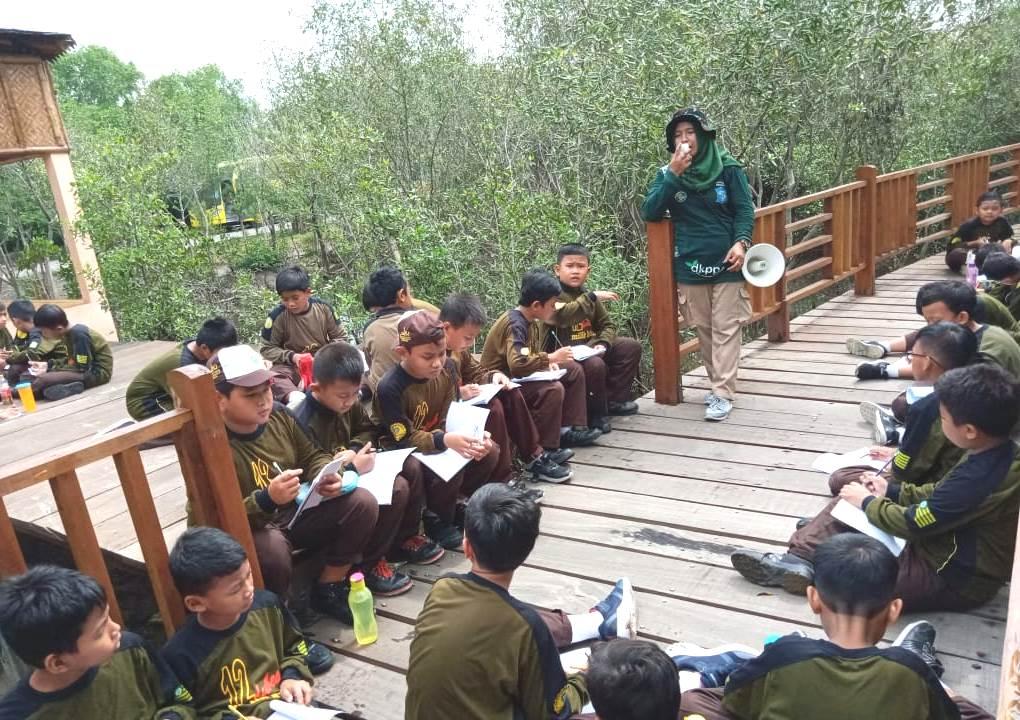 SDM Dubes Surabaya ajak siswa jelajah hutan mangrove. Sebanyak 77 siswa ikut serta dalam kegiatan pembelajaran luar sekolah (outing), Selasa (11/2/20).