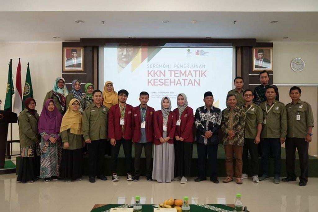 Mahasiswa Pendidikan Dokter UMY yang mengikuti KKN Tematik Kesehatan bersama Ketua PP Muhammadiyah dr H Agus Taufiqurrahman, SpS, M.Kes. (Humas UMY/PWMU.CO)