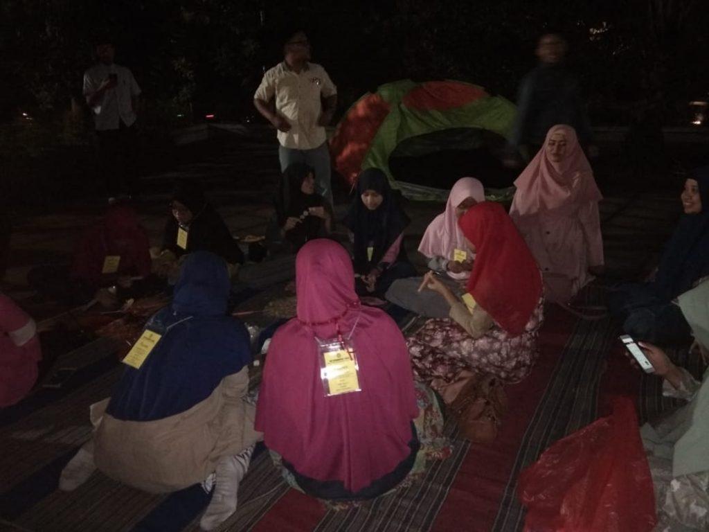 Siswa-siswi Spemutu peserta tahfidz camp menikmati sosis bakar usai setor hafalan (Awiyan/PWMU.CO)
