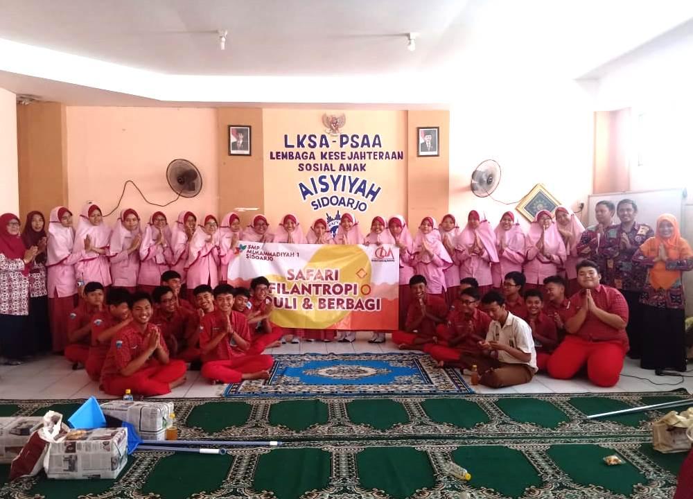 Filantropi SMP Musasi ajak siswa peduli dan berbagi. Mereka terjun langsung ke masyarakat, menyasar mushala dan panti asuhan pada Kamis (27/2/20).