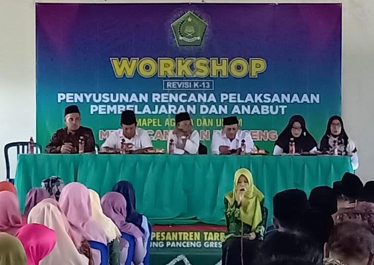Guru Matsmunam Banyutengah, Panceng, Gresik mengikuti workshop penyusunan RPP 2020 KKMTs (Kelompok Kerja Madrasah Tsanawiyah), Selasa (28/1/20).