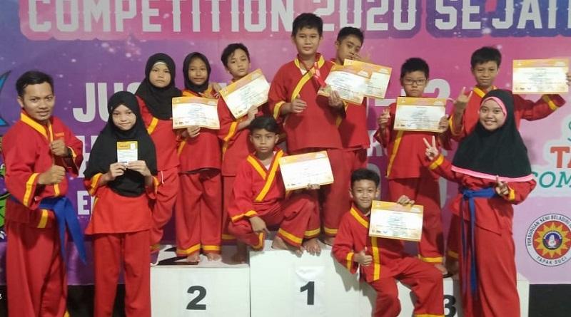 SD Kreatif memboyong medali di Kejuaraan Surabaya Tapak Suci Competition (STSC) 2020 se-Jatim, Senin-Rabu (10-12/02/20) .