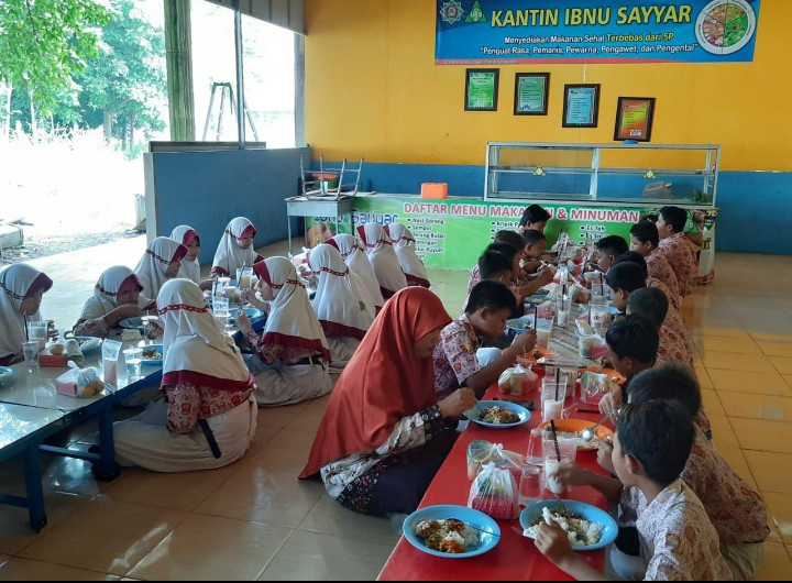 Adab makan diajarkan saat kegiatan Makan Bersama di SD Muhammadiyah 1 Wringinanom (SD Muwri), Wringinanom, Gresik, Rabu (4/3/2020).