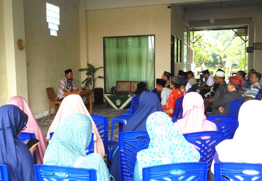 Pengajian PCM Lakarsantri diisi Ustadz Fazlurrohman membahas amalan batin. (Miftachodin/PWMU.CO)