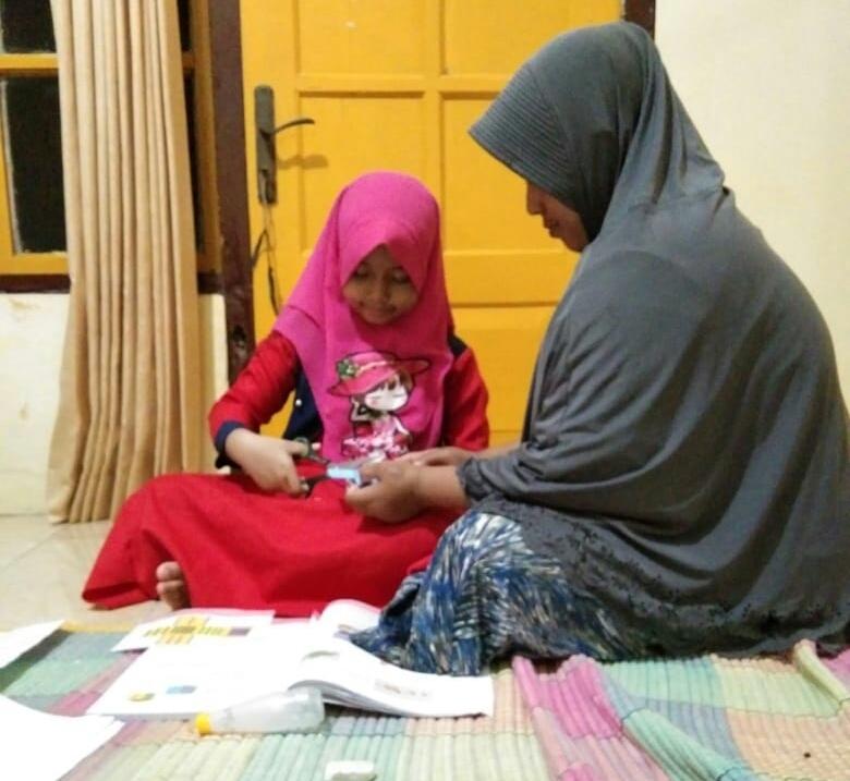 Optimalkan life skill, SD Muhammadiyah 1 (Mutu) Bawean menugaskan siswanya banyak membantu kegiatan orangtua di rumah selama libur Covid-19.