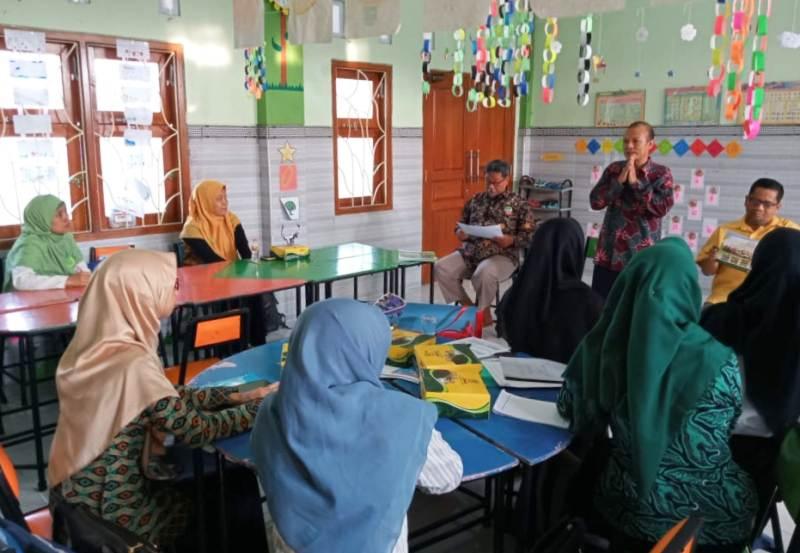 Calon guru SD Almadany mendapat penjelasan Kasek Nurhasan Anwar sebelum tes. (Mahfudz Efendi)