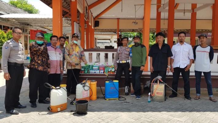 Desa Campurejo Kecamatan Panceng Kabupaten Gresik melakukan sterilisasi mandiri dengan penyemprotan disinfektan pada Jumat-Sabtu (27-28/3/2020)
