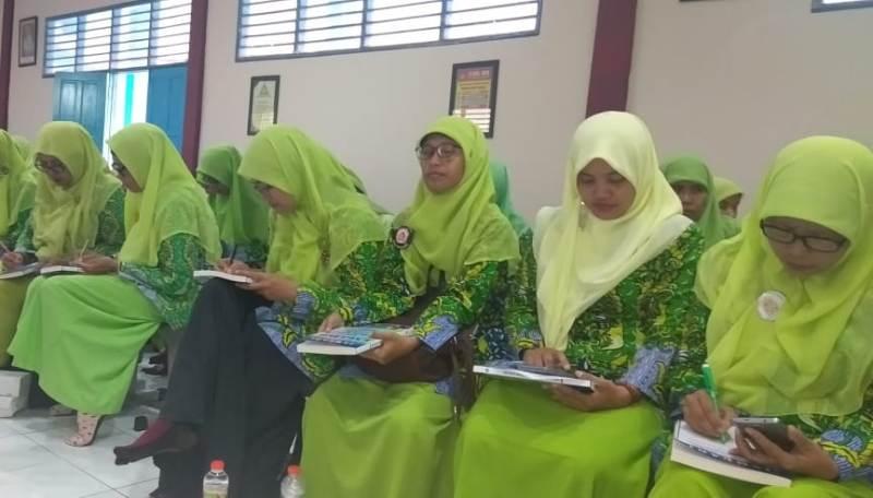 Peserta Pelatihan English for Kids sesi kedua diikuti 54 guru TK-KB ABA Gresik. (Heppy/PWMU.CO)