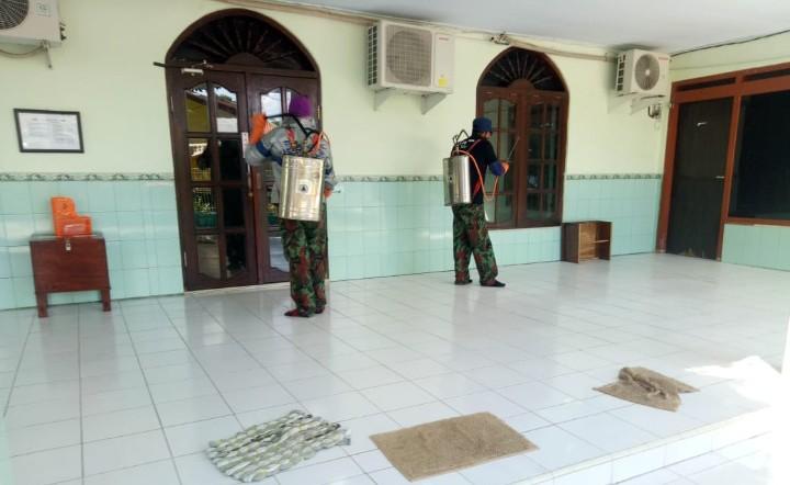 Giliran Panti Asuhan Muhammadiyah (PAM) di Pamekasan disemprot disinfektan. Sasarannya adalah PAM Putra dan PAM Putri Pamekasan pada Kamis (26/3/2020).