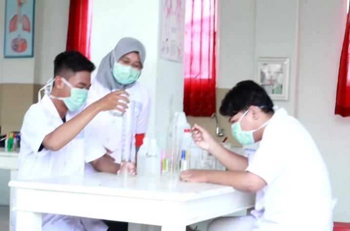 Healthy Class SMAM 8 Gresik membuat sanitizer di laboratorium.