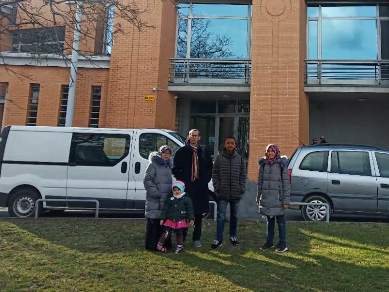 Nurul Musdholifah, kiri, bersama keluarga di depan Masjid Budapest Hungaria.
