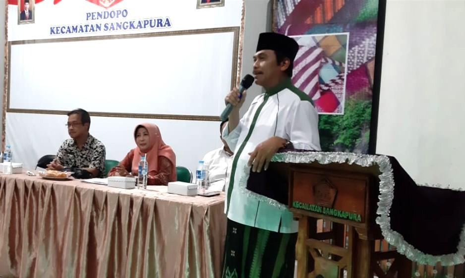 Sambangi Bawean, ini kegiatan Wakil Bupati Gresik Moh Qosim. Membagikan sertifikat dan bicara soal pencegahan Virus Corona (Covid-19).