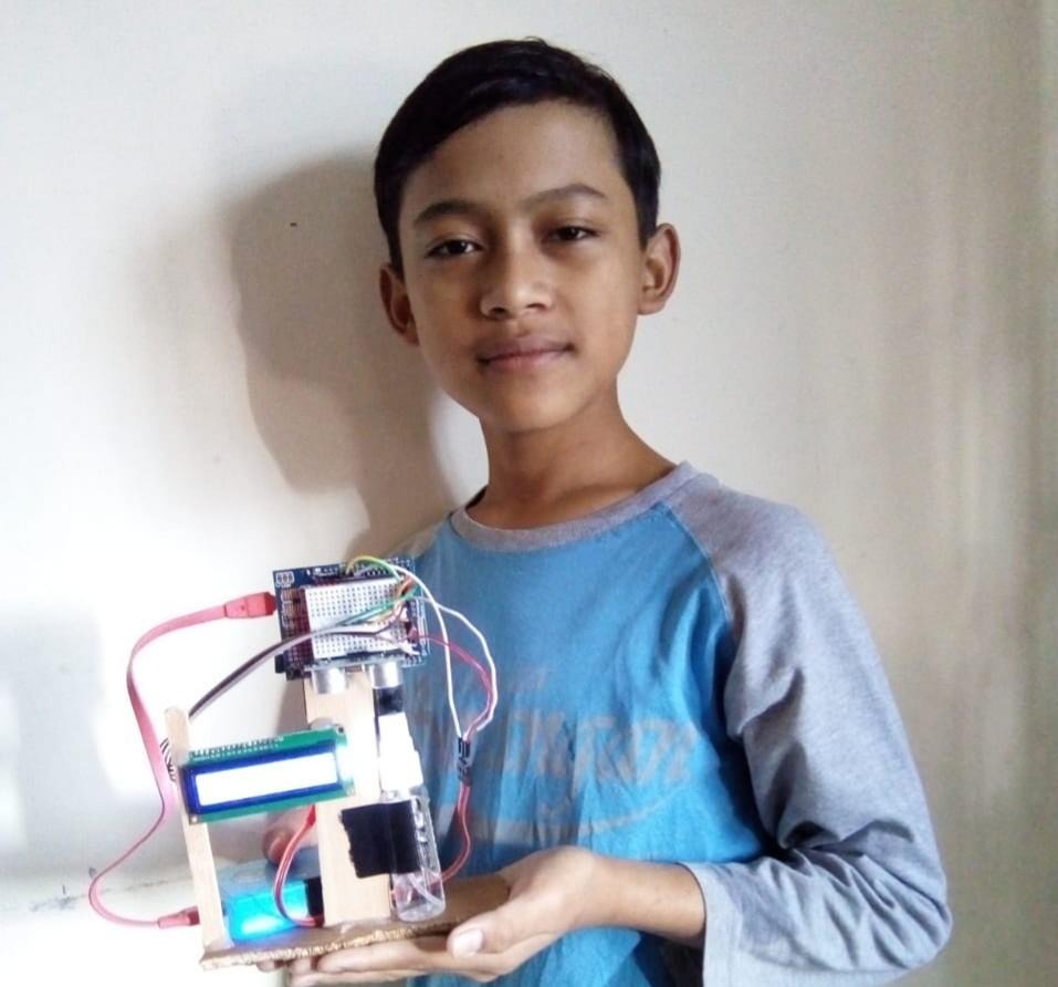 Libur Corona Temukan Hand Sanitizer Otomatis. Itulah yang dilakukan M Salim Ramadhan, siswa kelas VIII SMP Muhammadiyah 8 Kota Batu, Jatim. Inspiratif!