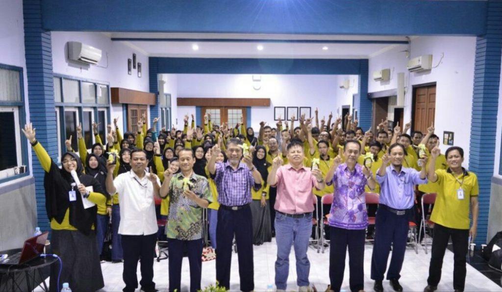 Rapat berhadiah madu untuk tangkal Corona. Itulah yang terjadi saat Majelis Dikdasmen PCM GKB Gresik menggelar pembinaan Guru dan karyawan SD Mugeb, Rabu (11/3/2020).