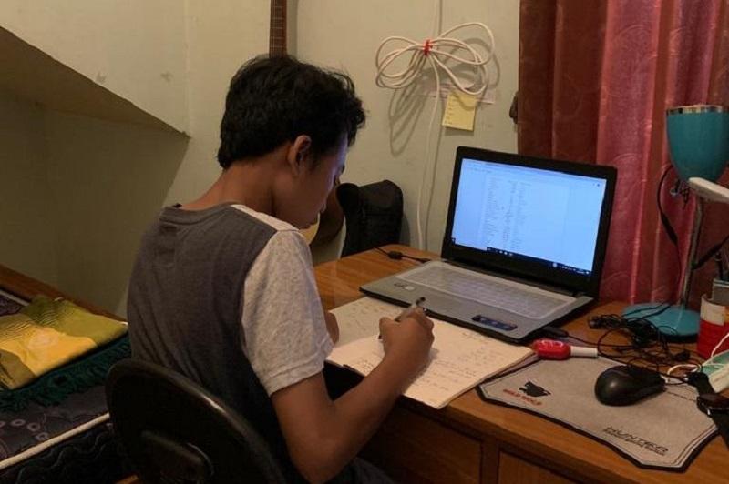 Daring Smamio melatih siswa disiplin terhadap waktu. Belajar di rumah belajar secara mandiri siswa pun tetap menunjukkan antusiasnya.