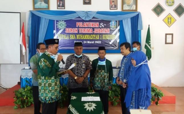 Kacabdin Pendidikan Provinsi Jatim Wilayah Sumenep dihadang oleh seorang guru saat Sertijab Kepala SMA Muhammadiyah 1 Sumenep, Selasa (24/3/2020).