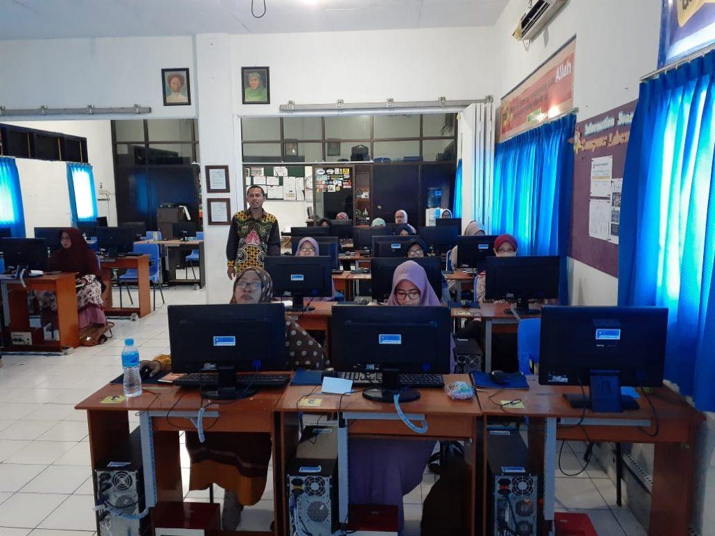 Asyiknya guru PAUD belajar daring tampak di laboratorium komputer SD Muhammadiyah Manyar (SDMM) Gresik, Kamis (20/3/20). Mereka belajar membuat evaluasi dan review online menggunakan Kahoot.com.
