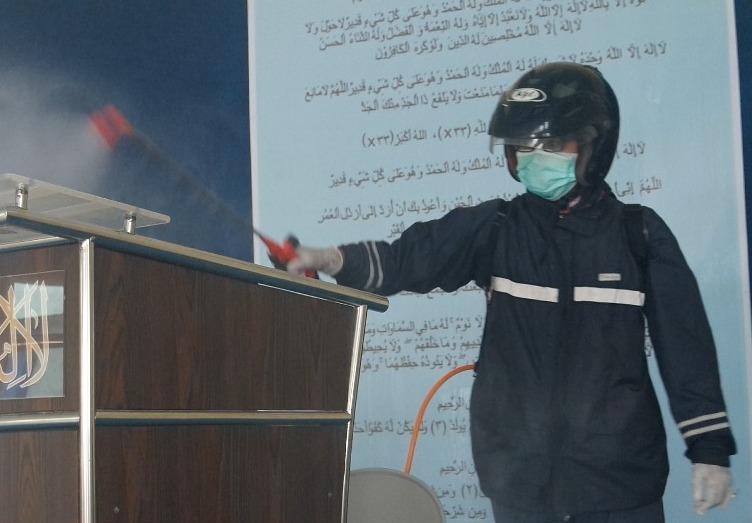 Tim MACO PCPM Krembangan menyemprot disinfektan di masjid. (Muhaimin/PWMU.CO)