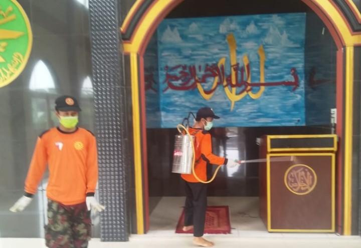 Lazismu Wringinanom Semprot AUM, masjid dan musholla dengan cairan disinfektan untuk mencegah penyebaran Virus Corona pada Selasa-Rabu (24-25/3/2020)
