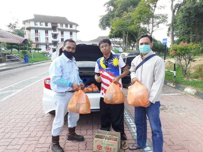Lockdown Malaysia menggerakkan PCIM membagikan sembako untuk WNI terdampak. (Sonny/PWMU.CO)