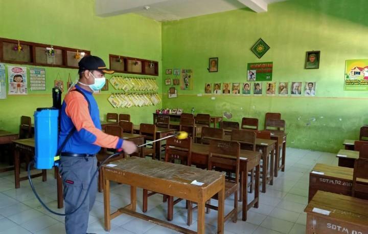 MDMC Semprot Besuki Hingga Asembagus. Dibantu Kokam dan Kosegu Tapak Suci, MDMC spray disinfektan di berbagai titik AUM Kabupaten Situbondo.
