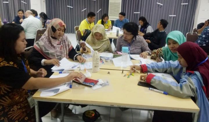 MIM 1 Probolinggo Belajar Inggris di Cambridge. Dua guru sekolah ini mengikuti kegiatan workshop peningkatan kualitas pembelajaran bahasa Inggris.