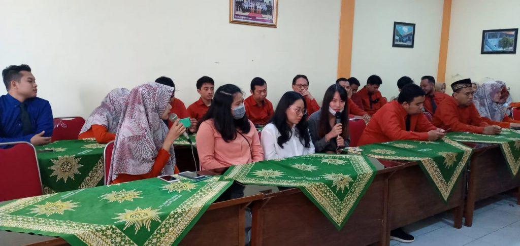 Kesan haru tiga mahasiswa Thailand diungkapkan saat acara perpisahan di ruang rapat SMA Muhammadiyah 1 Taman (Smamita), Selasa (17/3/20).