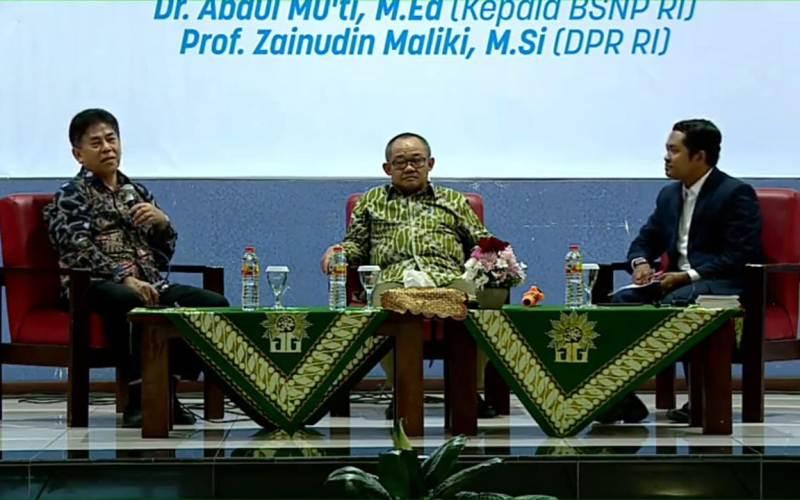 Merdeka belajar jadi diskusi panelis terdiri Zainuddin Maliki, kiri, dan Abdul Mu'ti di Smamda Sidoarjo. (Wahyu Murti/PWMU.CO)