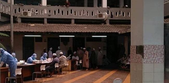 Muslim Tanpa Masjid. Jamaah jalani rapid test Covid-19 di Masjid Kebon Jeruk Tamansari Jakarta Barat.