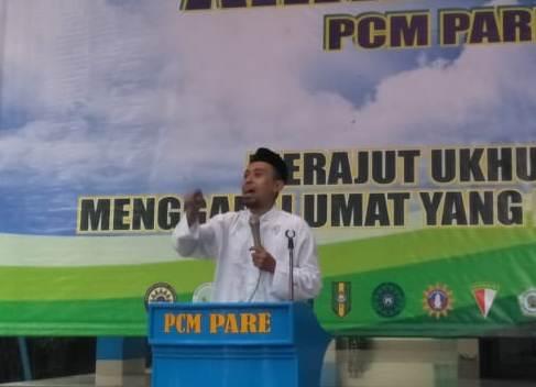 Ustadz Nanang Wahid menjelaskan manusia beriman di pengajian PCM Pare. (Suparlan/PWMU.CO)