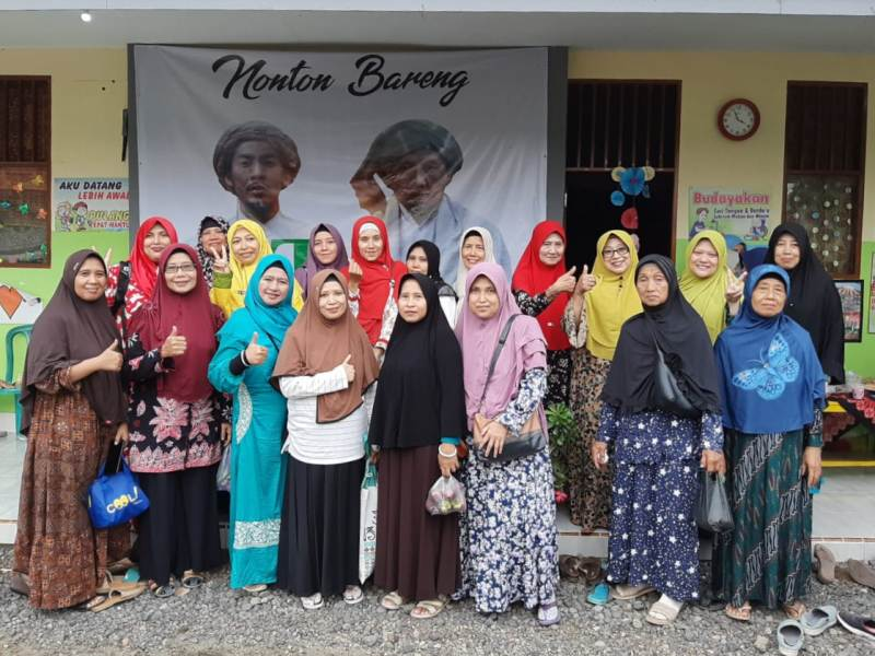 Guru PAUD as-Salam dan aktivis PCA Tanggul usai nonton bareng film JL2U. (Humaiyah/PWMU.CO)