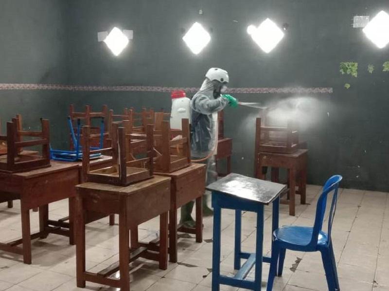 PCM Bubutan melaksanakan kegiatan penyemprotan desinfektan untuk sterilkan corona, Senin (30/3/20). Kegiatan ini kerja sama dengan PMI.