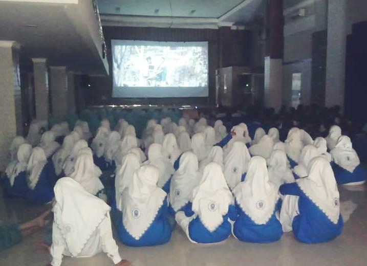 PCM Simokerto adakan nonton bareng film JL2U ditonton guru dan siswi SMK Muhammadiyah 1 Kapasan. (Musa/PWMU.CO)