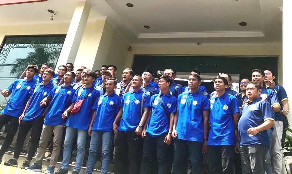 Liga 2 dihentikan selama dua pekan. Hal tersebut disampaikan Ketua Umum PSSI Mochamad Iriawan bersama Menpora Zainudin Amali, Sabtu (14/3/20).