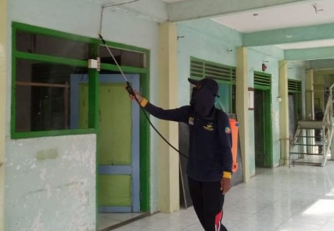 Pemuda Solokuro melakukan sterilisasi Desa Solokuro Kecamatan Solokuro Lamongan sebagai upaya mencegah penyebaran Virus Corona, Jumat (27/3/2020).