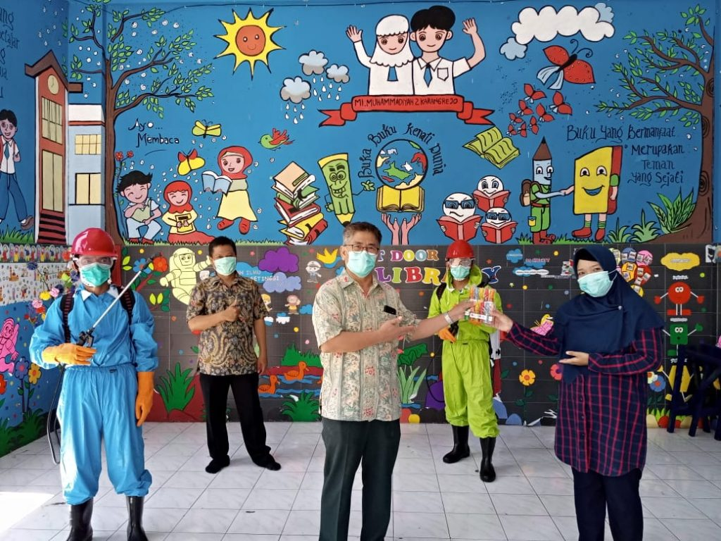 Anggota DPR RI Prof Zainuddin Maliki ikut mendampingi penyemprotan disinfektan di MI Muhammadiyah 2 Karangrejo (Mimdaka) Manyar, Gresik, Kamis (26/3/20).