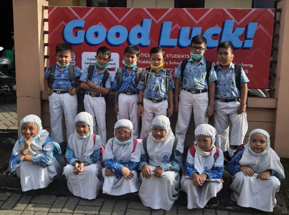 Murid SD Mutu Gempol mengikuti CELA bersama Bright Kiddie School Surabay. (Miftakhuddin/PWMU.CO)