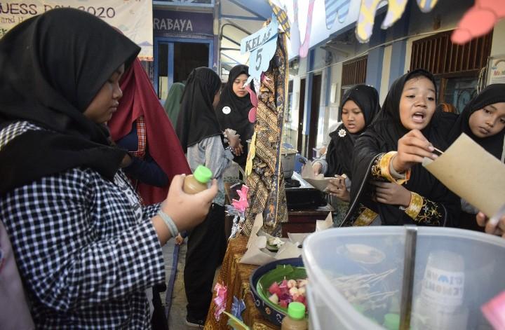 SD Karakter bentuk jiwa entrepreneurship. Sekolah Karakter SD Muhammadiyah 24 Ketintang membentuk jiwa entrepreneur dengan menggelar Buusiness Day.