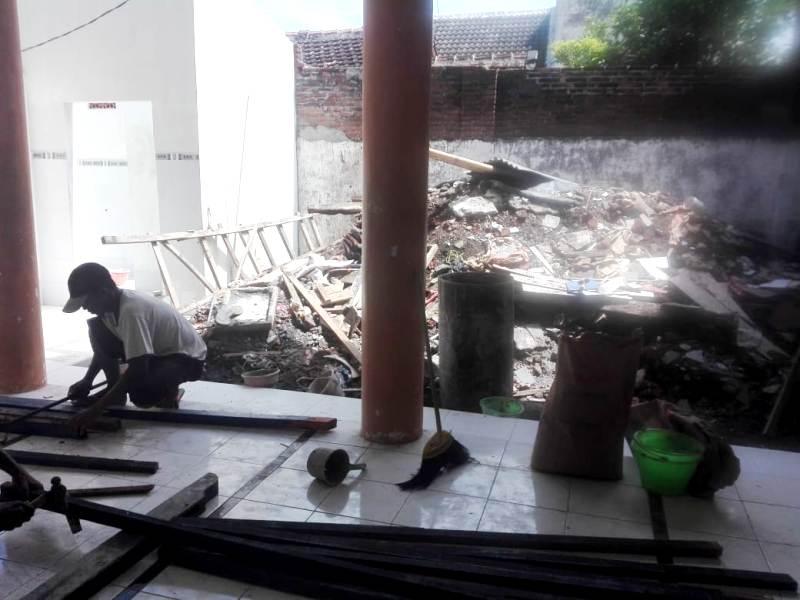 Renovasi tempat wudhu masjid SMAM 1 Panji. (Pandu/PWMU.CO)