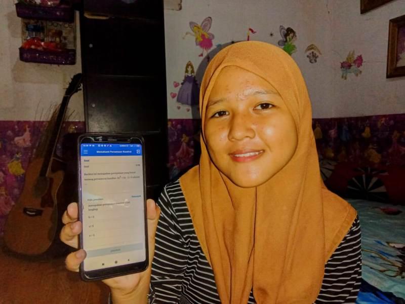 Siswa SMP Mutu Alisia kelas 9 belajar online via Quizizz. (Rukhan/PWMU.CO)