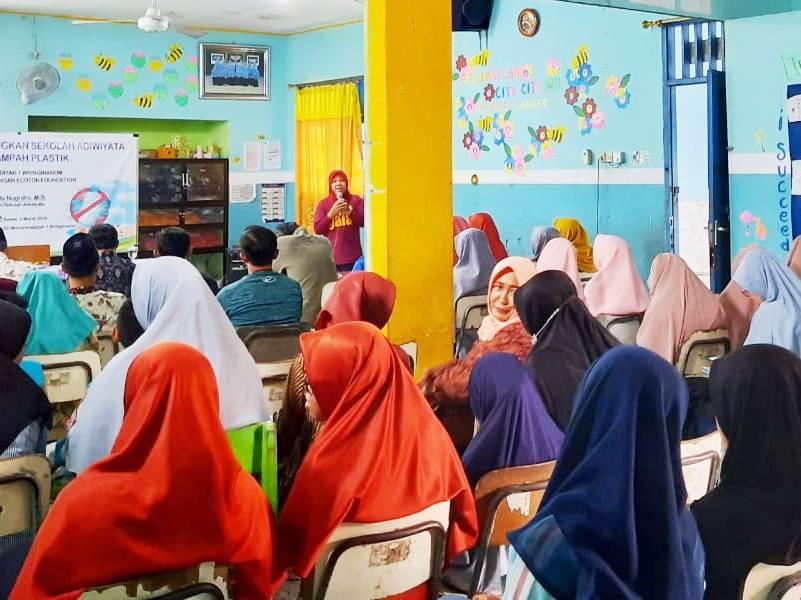 Seminar lingkungan bebas sampah plastik di SD Muwri. (rahmat/PWMU.CO)