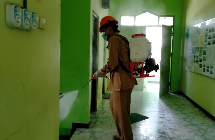 MCCC Pacitan spray desinfektan dengan sasaran AUM dan Kantor Pemerintah yang ada di sekitar Gedung Dakwah Muhammadiyah, Senin-Selasa (23-24/3/2020).