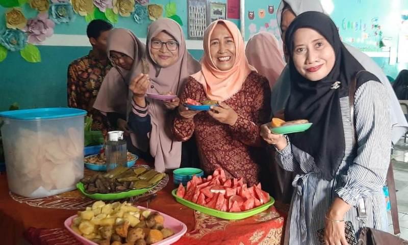 Peserta seminar sampah di SD Muwri menikmati sajian polo pendhem. (Mufidatul Latifah/PWMU.CO)